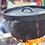 一方、「焚火ピラミッドグリルEVO-XL」には「SLダッチオーブン12inch・ディープ」がセットされ、なにやら調理を。正解はのちほど!