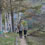 「LOGOS兵式ハンゴウ」を片手に、山中の湖畔を歩く父と息子。編集部の大好物、Enjoy Outing!な光景です。