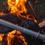 火の勢いが上がってきたら、飯ごうをセット。はじめは強火で、沸騰したら弱火で10〜15分が、おいしく炊くコツです(by山田氏)。