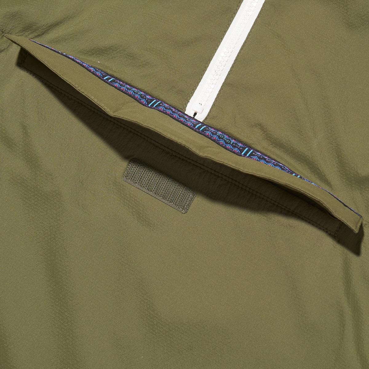 チロリアンテープを配した大きな前ポケット