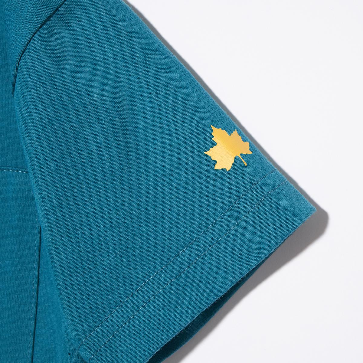 袖にはメイプルリーフのワンポイント