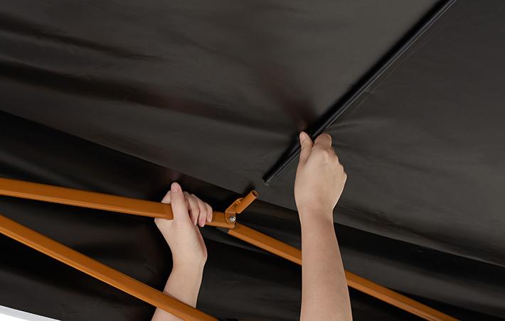 雨水の溜まりを防ぐ天井中央にフレーム装備