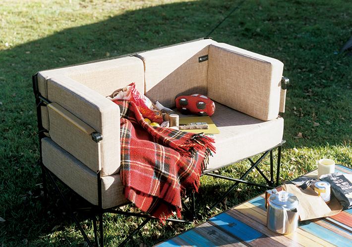 野外でも極上のリラックス。組立て式の贅沢ソファ。