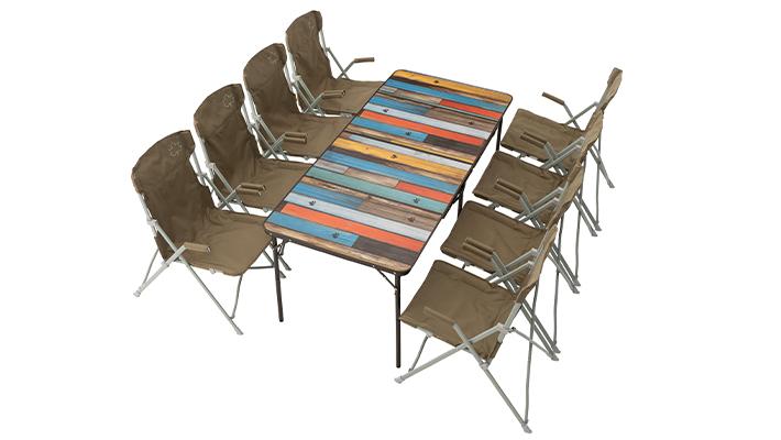 大人数で使用できるワイドなテーブル。