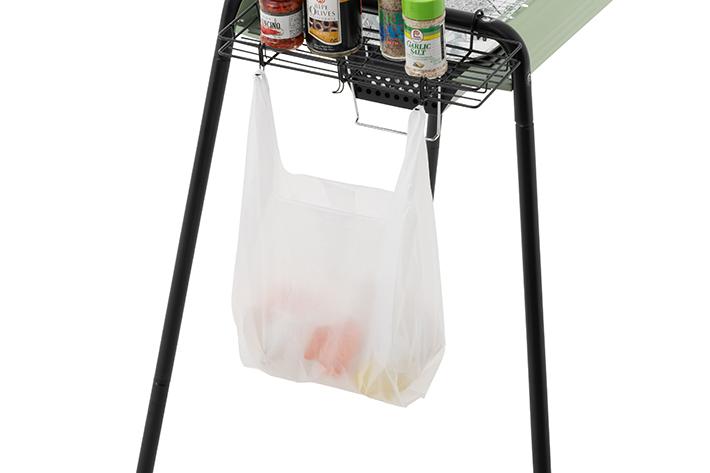 ゴミ袋などを吊り下げられるフック付き