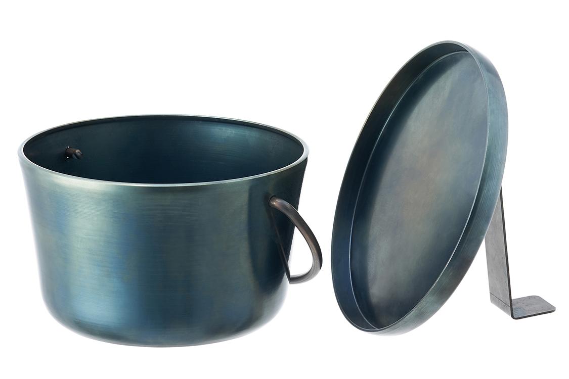 フタが自立する独自デザイン!こだわりのヘラ絞り加工でおいしく調理できるダッチオーブン。