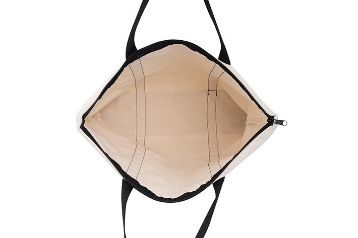 間口が広いので、大きな荷物も入れやすく便利です。