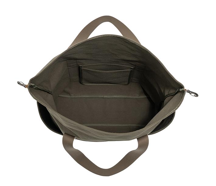 間口も広いので、大きな荷物も入れやすく、便利なポケット付きです。